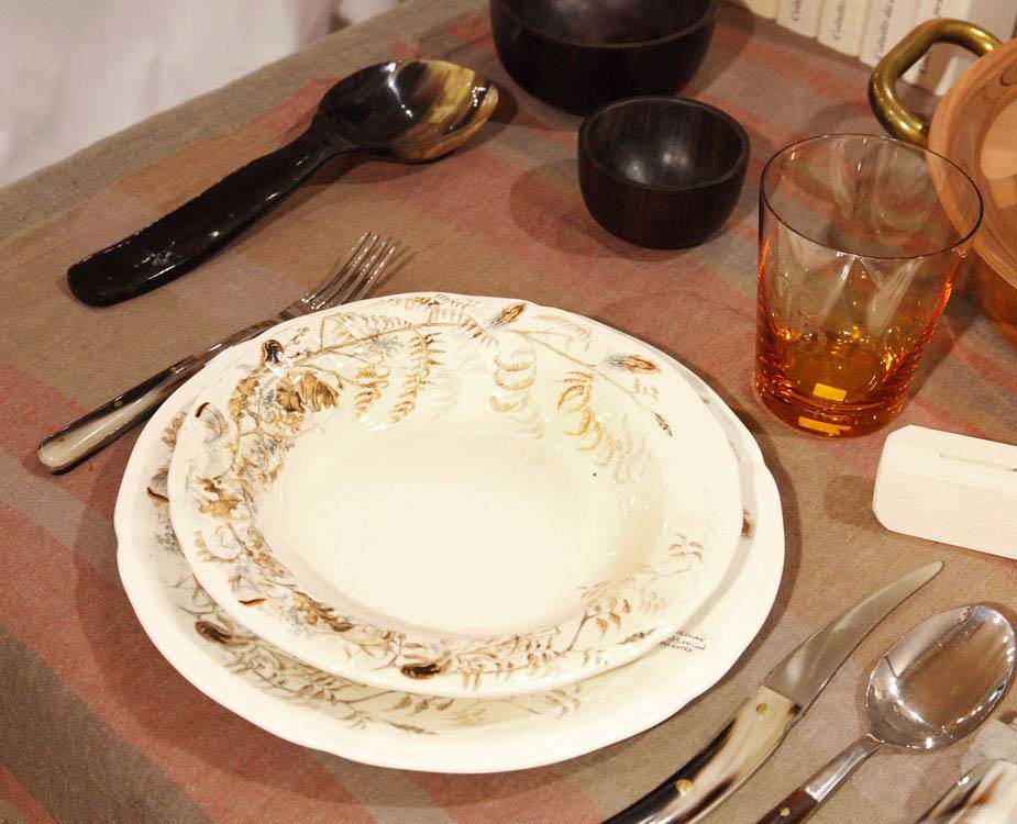 Servizio di piatti in ceramica con scene di caccia for Servizio di piatti