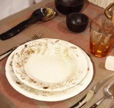 Servizio di piatti in ceramica con scene di caccia